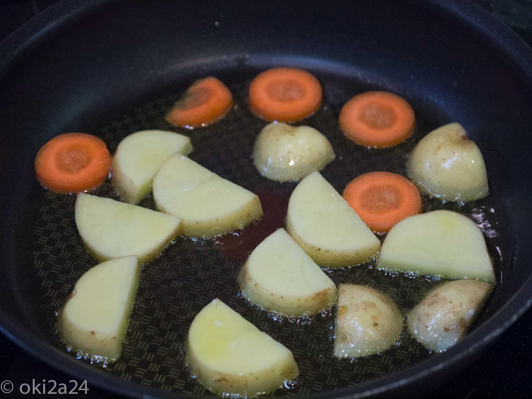フライドガーリックを作った油でじゃがいもとにんじんを炒めました。