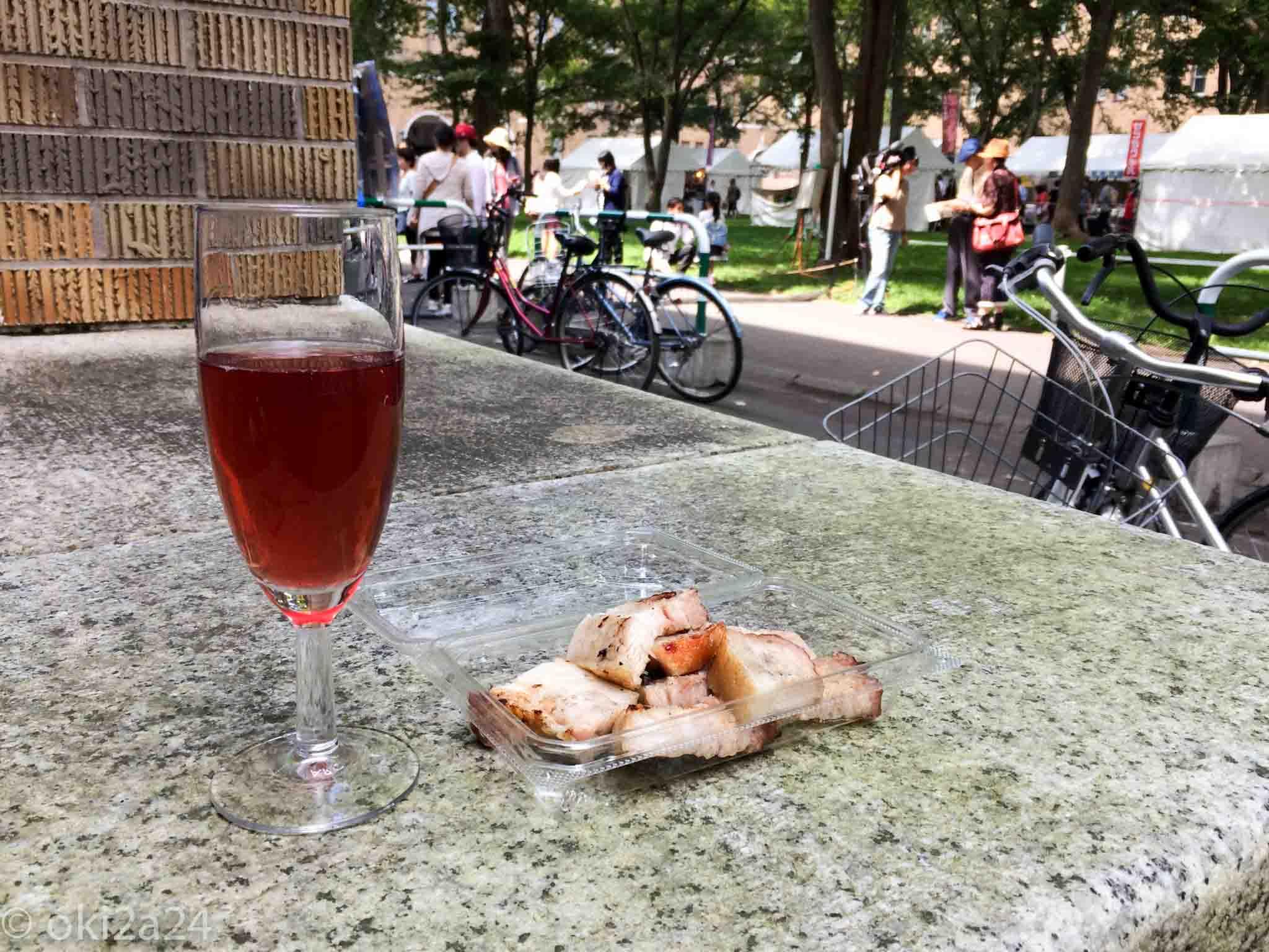 ロゼのワインと焼きベーコンを一緒にいただきます!美味しい♪