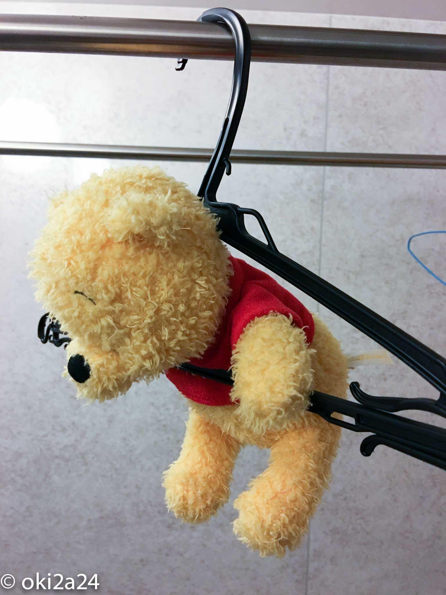 プーさん人形をハンガーに掛けた(前から見たところ)
