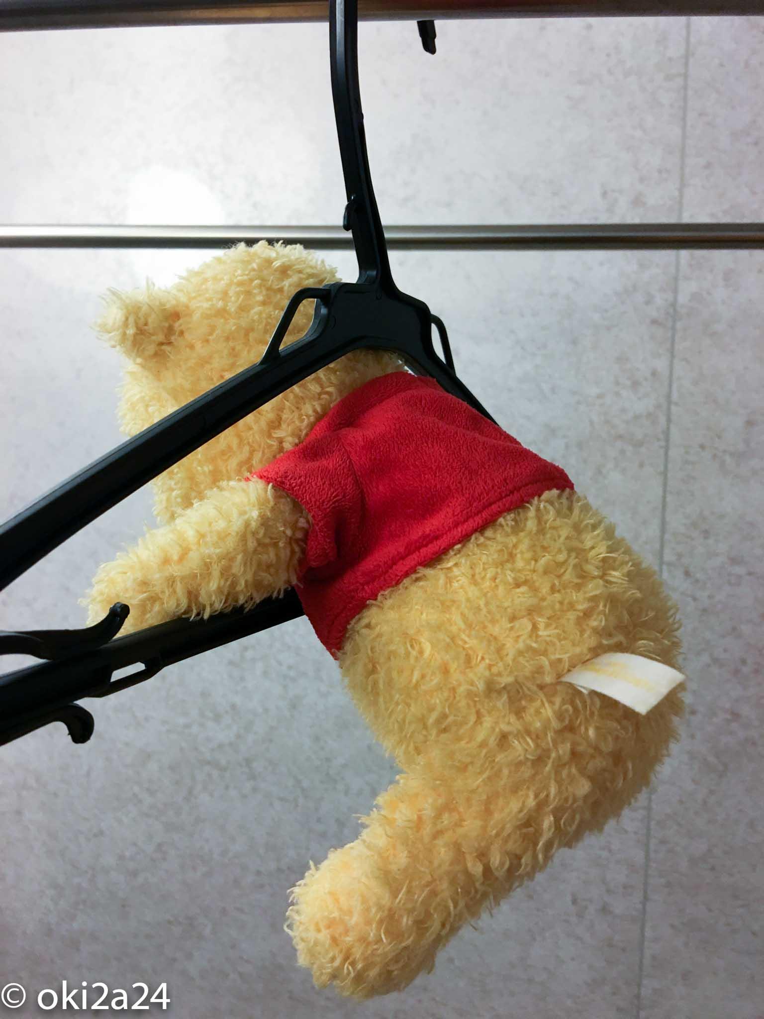 プーさん人形をハンガーに掛けた(後ろから見たところ)