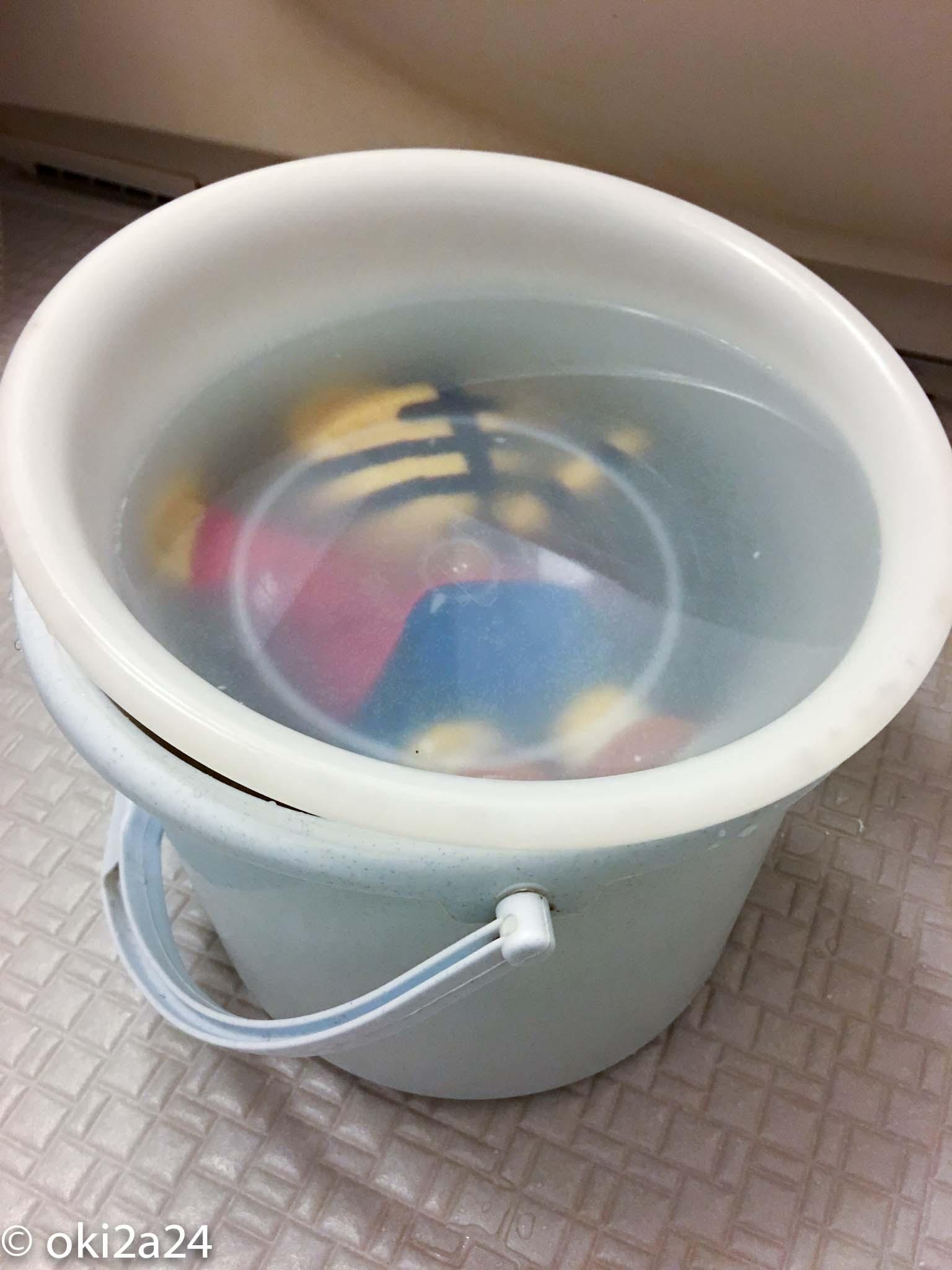 バケツと洗面器を使って洗濯物を浸けておく方法